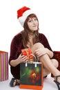 La muchacha en un casquillo de la Navidad con las compras Imágenes de archivo libres de regalías