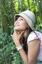 La muchacha hermosa disfruta de la naturaleza Imagenes de archivo