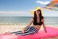 La muchacha tiene un resto en la playa Fotografía de archivo libre de regalías