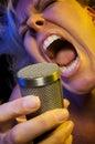 La mujer canta con la pasión Imagen de archivo libre de regalías