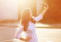La mujer hermosa de la foto de la forma de vida fotografió en el smartphone Fotografía de archivo