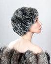 La mujer hermosa joven en un sombrero de piel. Retrato Foto de archivo libre de regalías