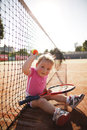 La petite fille joue au tennis Photo stock