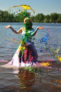La ragazza in un vestito da cerimonia nuziale ha versato da una vernice Immagine Stock Libera da Diritti