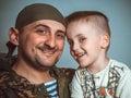 La riunione del figlio con il padre che ha ritornato dalla guerra Immagine Stock