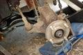 La roue a éliminé vers le bas prêt pour le frein à disque neuf. Photos libres de droits