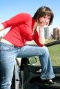¡La señora atractiva sonriente es vida alegre! Fotos de archivo libres de regalías