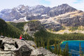 Lac admiting o hara yoho national park canada young woman Image libre de droits