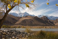 Lake mountains fall autumn mws over diaz lone pine california eastern sierra s framed by cottonwoods with yellow foliage ripped Stock Photos
