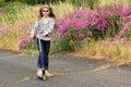 Landmädchen, das durch wilde Blumen spielt. Stockfoto