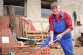 Landwirt der seinen roten traktor repariert Lizenzfreie Stockfotografie