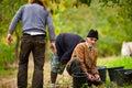 Landwirtschaftliche Familie, die Pflaumen erntet Lizenzfreies Stockfoto