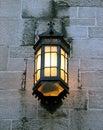 Lanterne de cru sur un mur en pierre d'une vieille construction Photos libres de droits