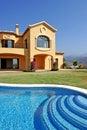 Veľký slnečný španielčina bazén a modrá obloha