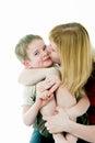 Las mujeres jovenes besan al hijo Imagen de archivo