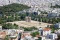 Las ruinas del templo antiguo de zeus olímpico en atenas según lo visto de la acrópolis Fotos de archivo