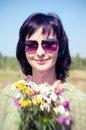 Lata outdoors rocznika portret kobieta z wiązką pole kwiaty robić lensbaby Zdjęcie Stock