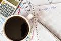 Lavori nell ufficio tazza di caffè con il business plan Fotografia Stock