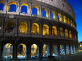 Le colosseum la nuit rome Photos stock