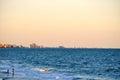 Le couple parle dans les ondes sur le Myrtle Beach Coastline-1 Images stock