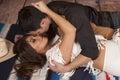 Le cowboy et la femme indienne étendent prêt à embrasser Image stock