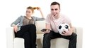 Le football de observation de couples Photo stock