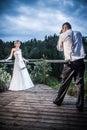 Le marié prend une photo de la jeune mariée Image stock