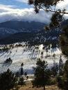 Le ombre lunghe alberi e si rannuvola lo stile del ritratto ricoperto neve dei picchi di montagna Fotografia Stock Libera da Diritti