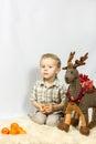 Le petit garçon a photographié dans noël de studio avec des cadeaux Images libres de droits