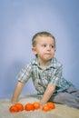 Le petit garçon a photographié dans noël de studio avec des cadeaux Photo stock