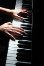 Le piano introduit le clavier de mains de pianiste Photo stock