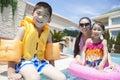 Le portrait la mère la fille et le fils de famille par la piscine avec la piscine joue Photos libres de droits
