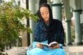 Le relevé musulman Qur'an de fille Image libre de droits