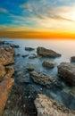Le rivage rocheux de la mer noire au coucher du soleil Photos libres de droits