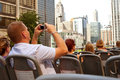 Le touriste prend des photos d'horizon de Chicago de bus Image stock