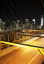 Le trafic de nyght dans le pont de brooklyn avec un horizon de new york Photographie stock