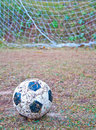 Le vieux football sur l herbe Photo stock