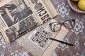 Lectura de los periódicos soviéticos viejos vidrios del vintage Imagenes de archivo