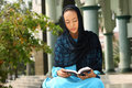 Leitura muçulmana Qur'an da menina Imagem de Stock Royalty Free