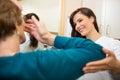 Lente de contacto del parte movible de assisting woman to del optometrista Fotos de archivo