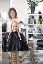 Les cheveux de curling young woman de coiffeur Image libre de droits