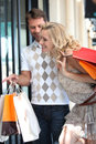 Les couples vont sur shopping spree Images stock