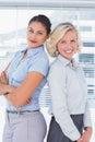 Les femmes d affaires attirantes avec des bras ont croisé la position de nouveau au dos Photos libres de droits