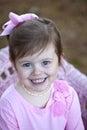 Leuk drie éénjarigen donkerbruin meisje in openlucht Royalty-vrije Stock Fotografie