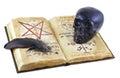 Libro viejo con el cráneo negro y la pluma negra aislados Foto de archivo libre de regalías