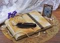 Libro viejo con escritura y la imagen en marco metálico Fotografía de archivo libre de regalías