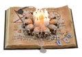 Libro viejo con las velas asustadizas y las runas aisladas Foto de archivo