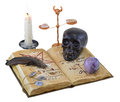 Libro viejo con los objetos mágicos y vela aislada Foto de archivo