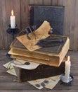Libros viejos con la página y la estatuilla quemadas de los diablos Imagen de archivo
