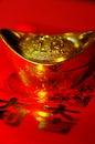 Lingot chanceux chinois d'or sur le backgr rouge de calligraphie Photo libre de droits